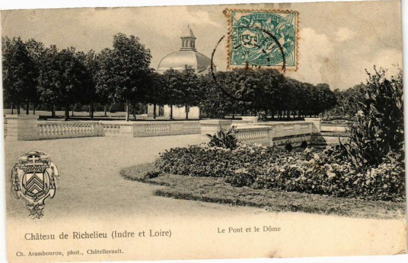 Carte postale ancienne Chateau de Richelieu - Le Pont et le Dome à Richelieu