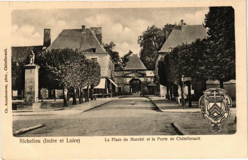 Carte postale ancienne Richelieu (Indre et Loire) - La Place du Marché et la Porte de à Richelieu