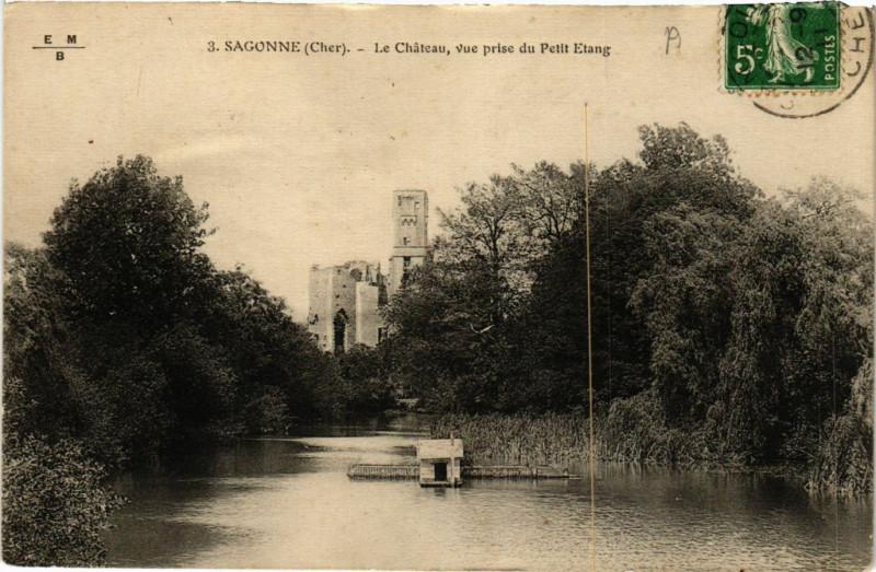 Carte postale ancienne Sagonne - Le Chateau - Vue prise du Petit Etang à Sagonne