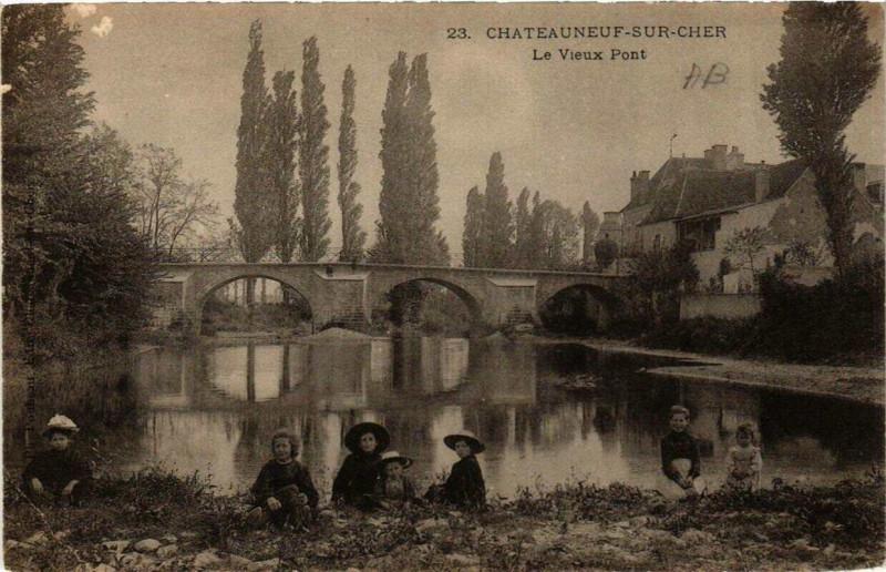 Carte postale ancienne Chateauneuf-sur-Cher Le Vieux Pont à Châteauneuf-sur-Cher
