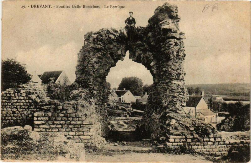 Carte postale ancienne Drevant Fouilles Gallo-Romaines - Le Portique à Drevant