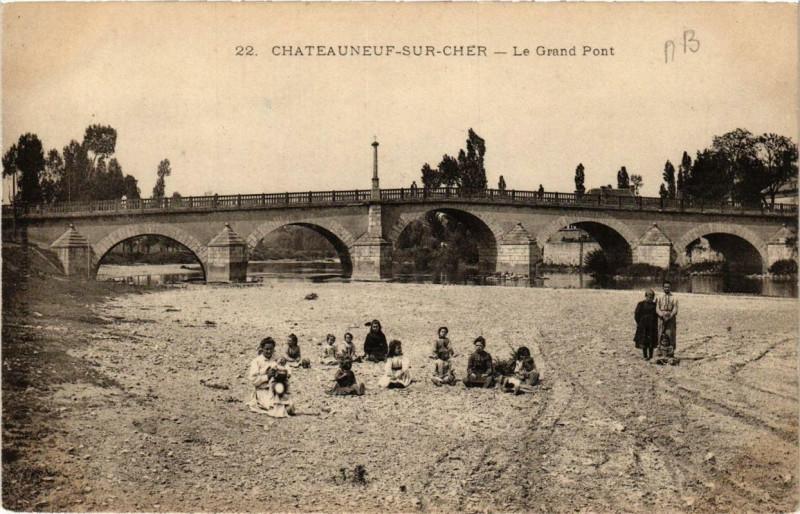 Carte postale ancienne Chateauneuf-sur-Cher Le Grand Pont à Châteauneuf-sur-Cher