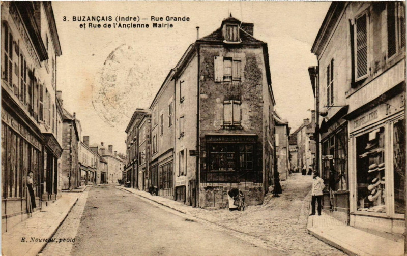 Carte postale ancienne Buzancais Rue Grande et Rue de l'Ancienne Mairie à Buzançais