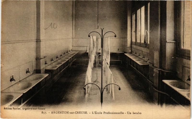 Carte postale ancienne Argenton-sur-Creuse - L'Ecole Professionelle - Un lavabo à Argenton-sur-Creuse