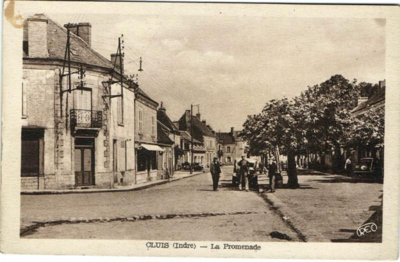 Carte postale ancienne Cluis - La Promenade à Cluis