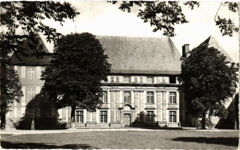 Carte postale ancienne Chateau d'Effiat Facade de la Cour d'Honneur à Effiat