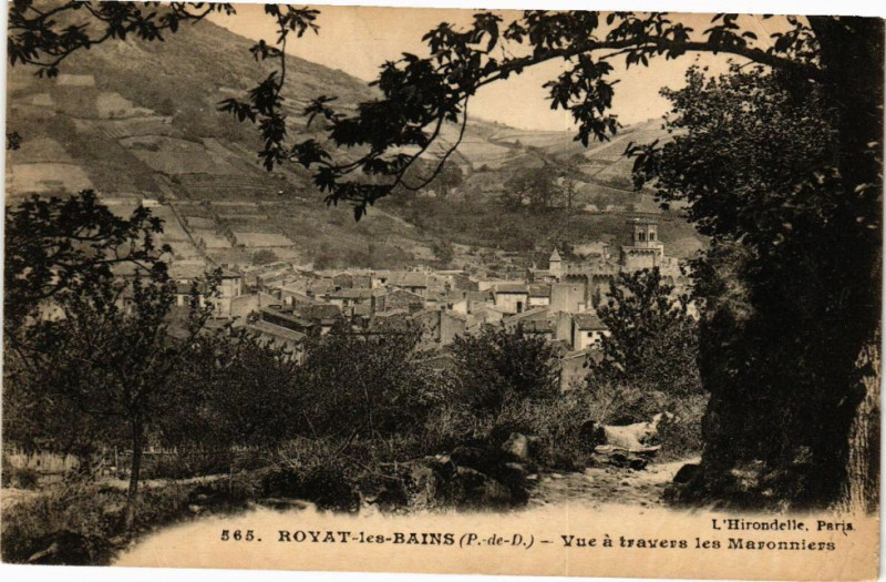 Carte postale ancienne Royat - Vue A Travers les Maronniers à Royat