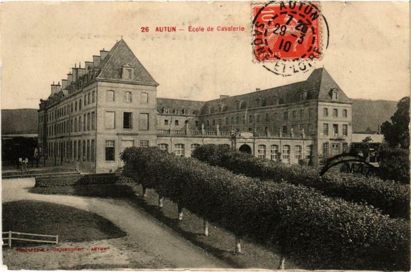 Carte postale ancienne Autun Ecole de Cavalerie à Autun