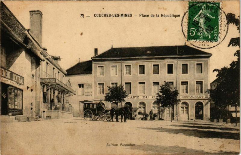 Carte postale ancienne Couches-les-Mines Place de la République à Couches