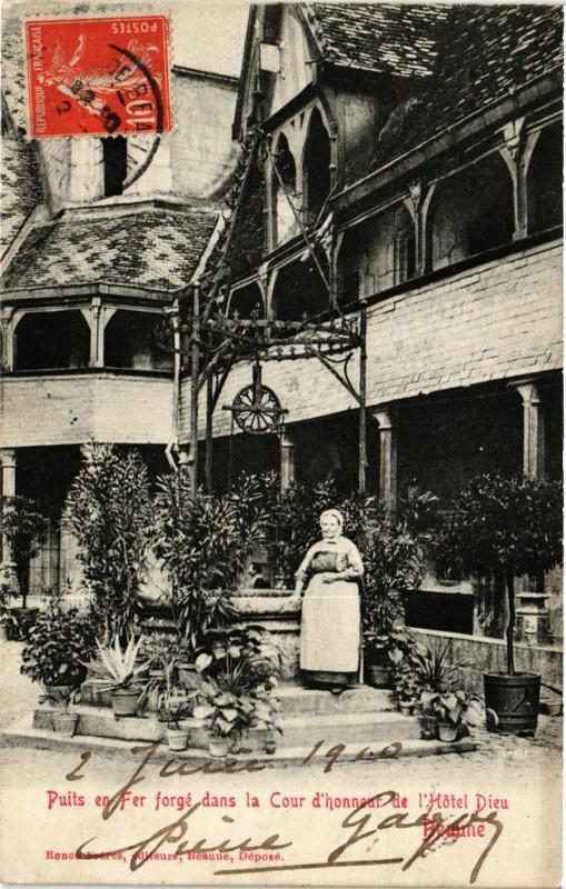 Carte postale ancienne Puits en Fer forgé dans la Cour d'honneur de l'Hotel Dieu - Beaune à Puits