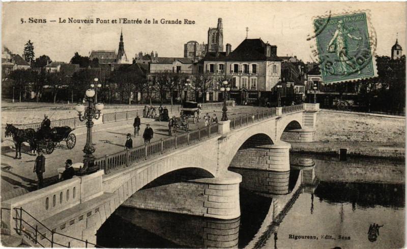 Carte postale ancienne Sens - Le Nouveau Pont et l'Entrée de la Grande Rue à Sens