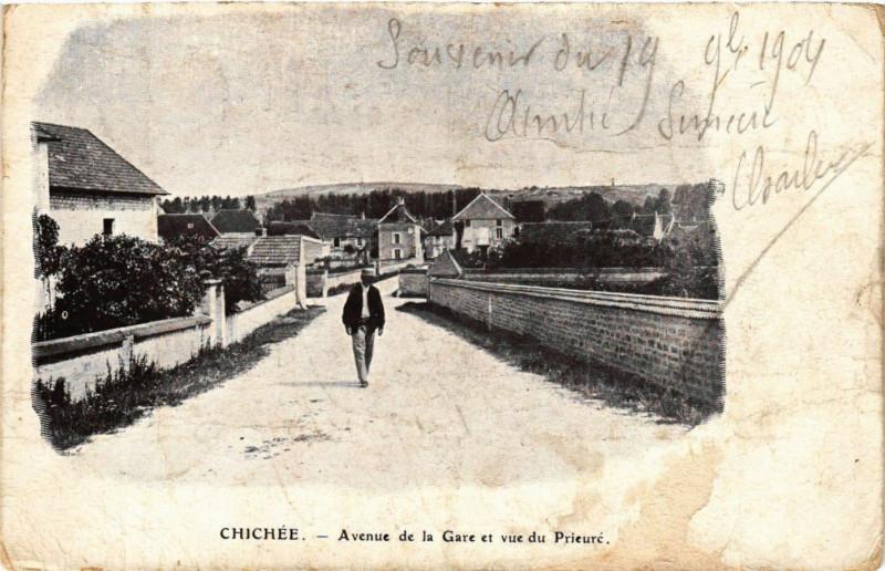 Carte postale ancienne Chichée - Avenue de la Gare et vue du Prieure à Chichée