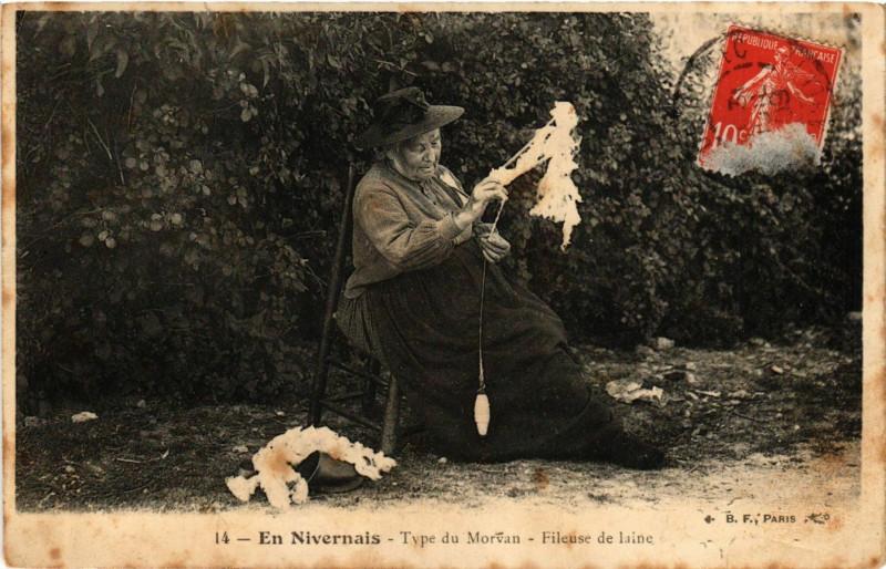 Carte postale ancienne En Nivernais-Type du Morvan Fileuse de laine