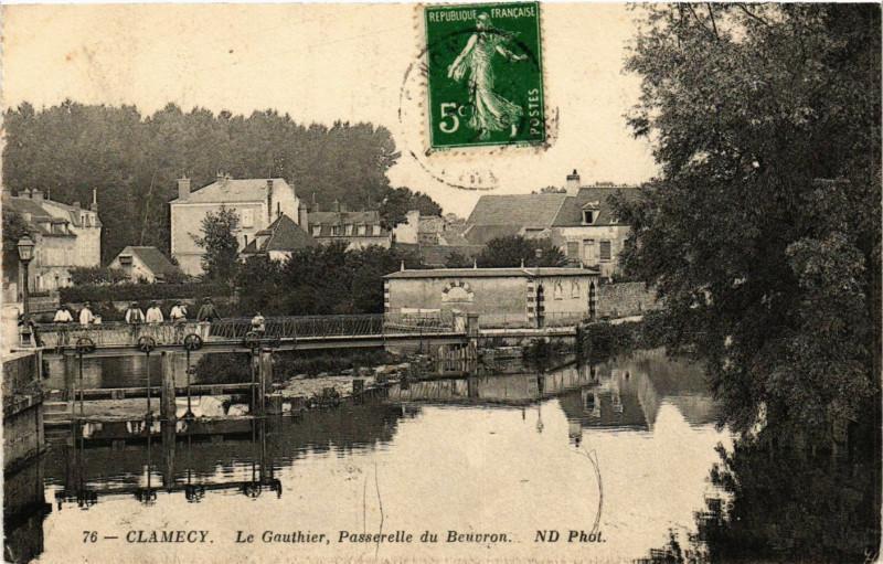 Carte postale ancienne Clamecy-Le Gauthier Passerelle du Beuvron à Beuvron