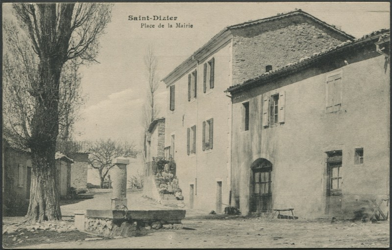 Carte postale ancienne Place de la Mairie à Saint-Dizier-en-Diois