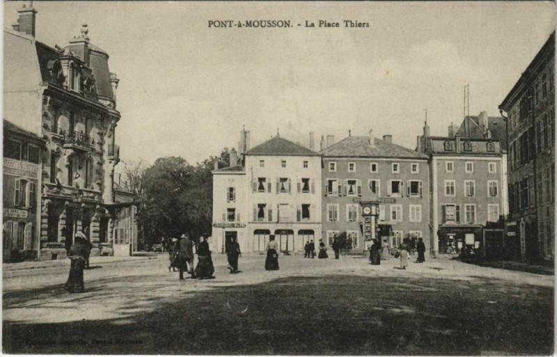 Carte postale ancienne Pont-a-Mousson La Place Thiérs à Pont-à-Mousson