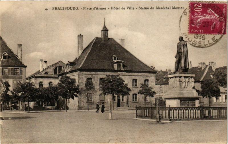 Carte postale ancienne Phalsbourg Place d'Armes Hotel de Ville Statue du Marechal à Phalsbourg