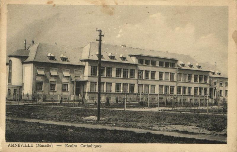 Carte postale ancienne Amneville - Ecoles Catholiques à Amnéville