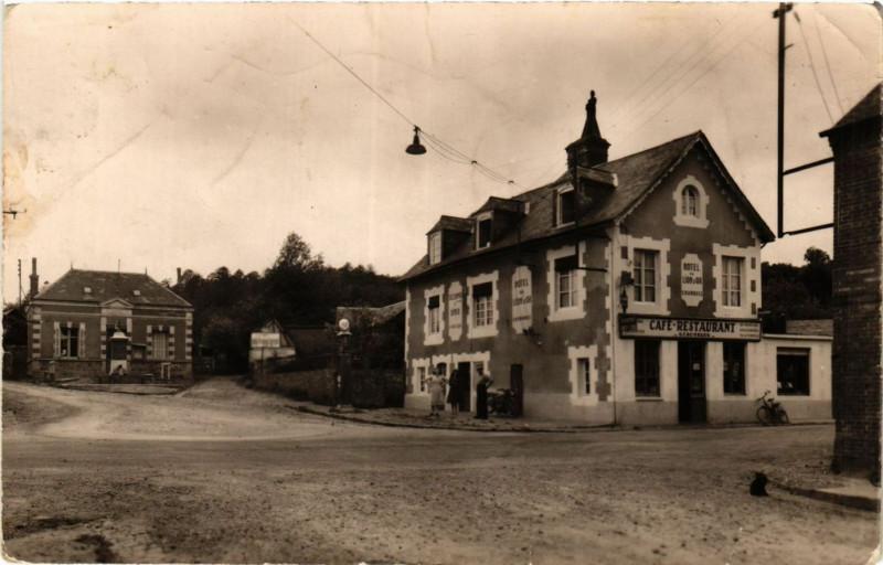 Carte postale ancienne Pontchardon (Orne) - Place de la Mairie à Pontchardon