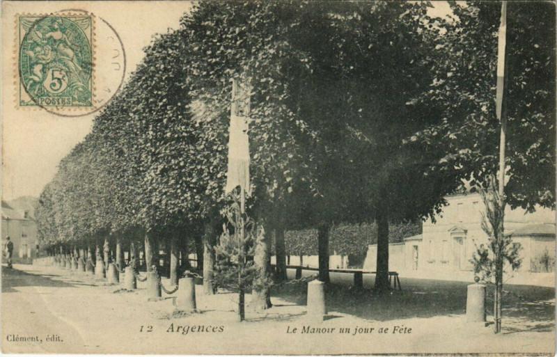 Carte postale ancienne Argences - Le Manoir un jour de Féte à Argences