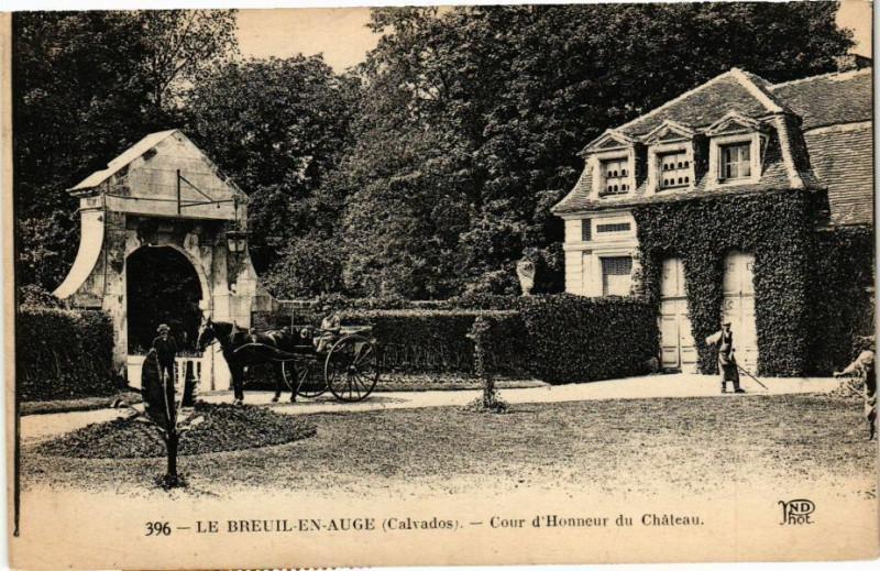 Carte postale ancienne Le Breuil en Auge - Cour d'Honneur du Chateau au Breuil-en-Auge
