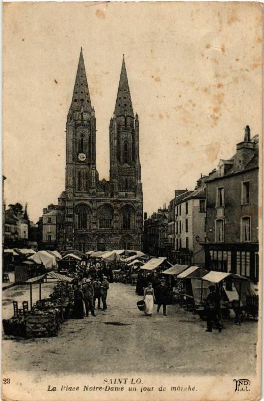 Carte postale ancienne Saint-Lo - La Place N.-D. un jour de Marché à Saint-Lô