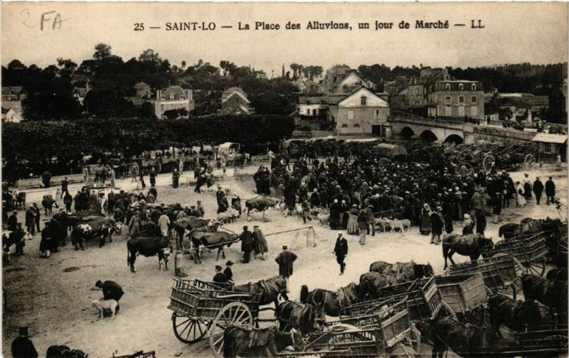 Carte postale ancienne Saint-Lo - La Place des Alluvions - un jour de Marché à Saint-Lô