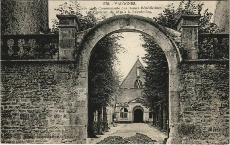 Carte postale ancienne Valognes - Entrée de la Communaute des Dames Benedictines à Valognes