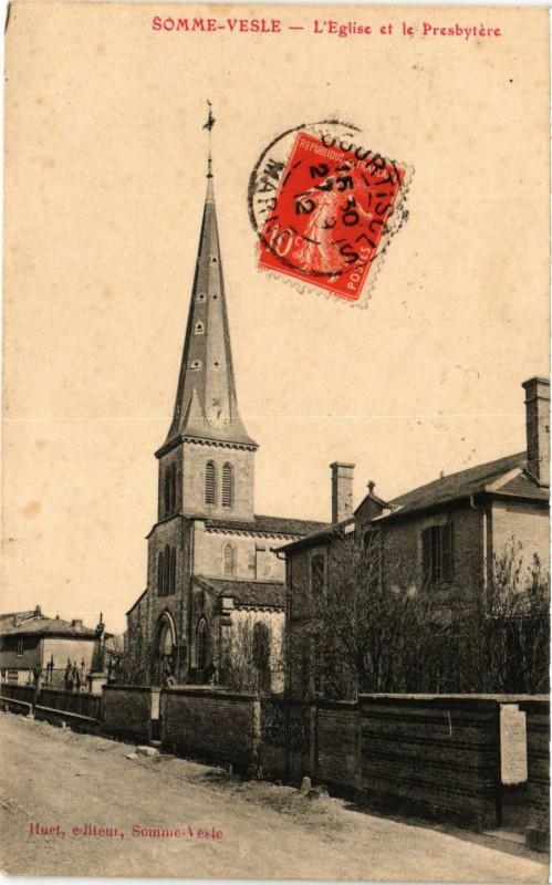 Carte postale ancienne Somme-Vesle. L'Eglise et le Presbytere à Somme-Vesle