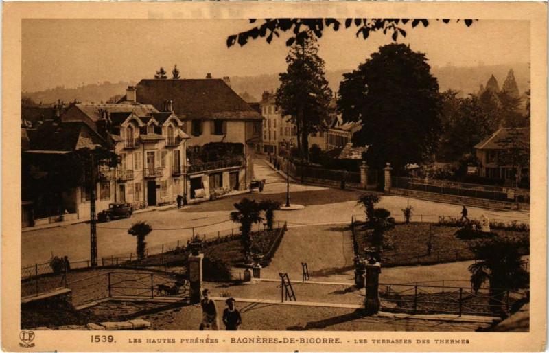 Carte postale ancienne Bagneres-de-Bigorre - Les Terrasses des Thermes à Bagnères-de-Bigorre