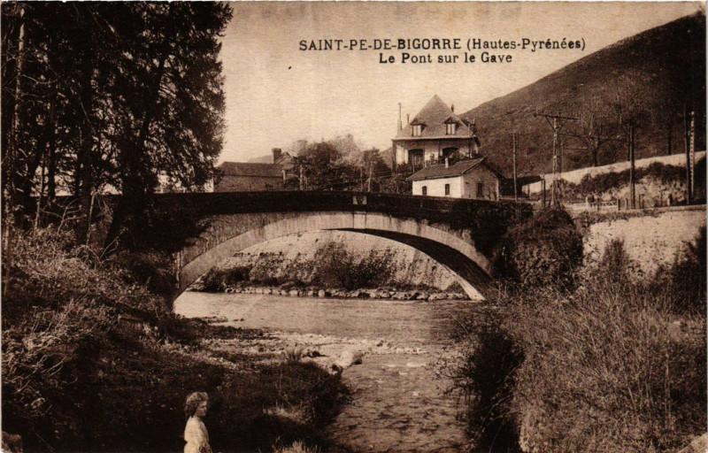 Carte postale ancienne Saint-Pe-de-Bigorre Le Pont sur le Gave à Saint-Pé-de-Bigorre
