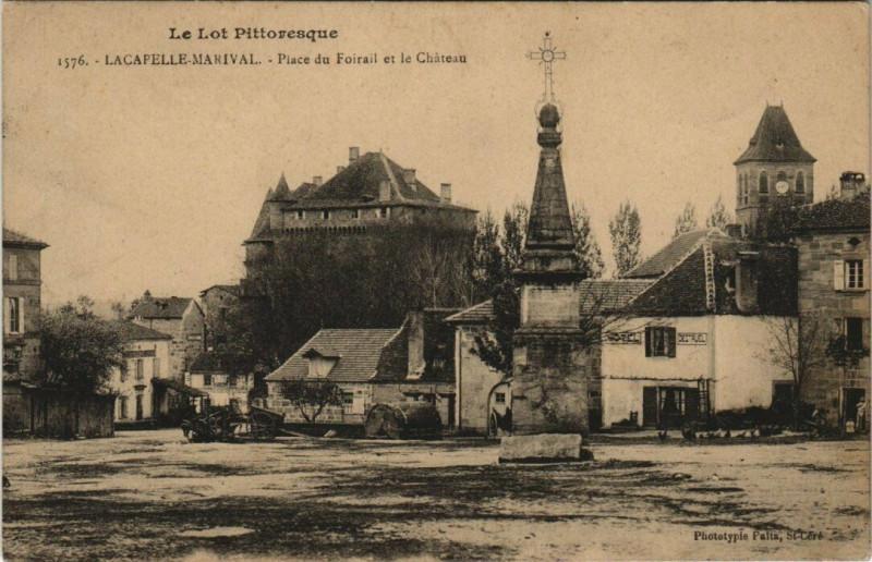 Carte postale ancienne Le Lot Pittoresque Lacapelle Marival Place du Foirailet le Chateau à Lacapelle-Marival