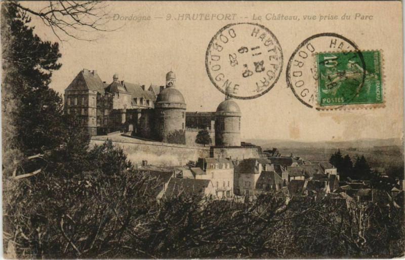 Carte postale ancienne Hautefort - Le Chateau - Vue prise du Parc à Hautefort