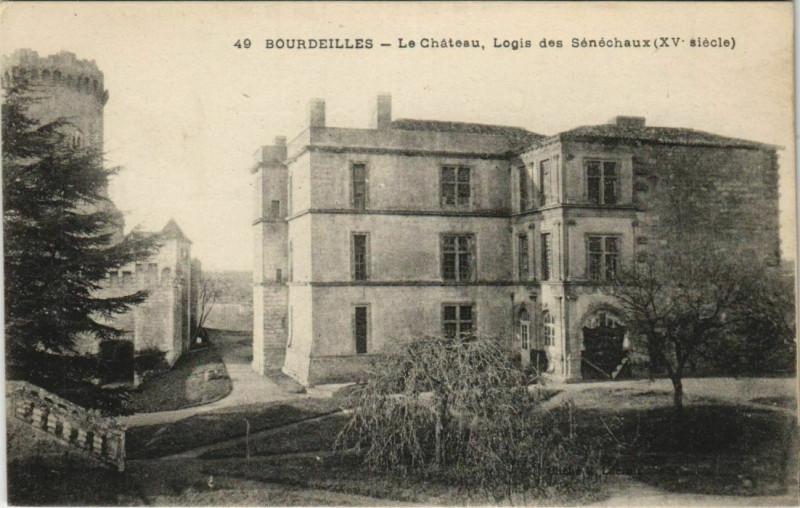 Carte postale ancienne Bourdeilles - Le Chateau - Logis des Senechaux à Bourdeilles