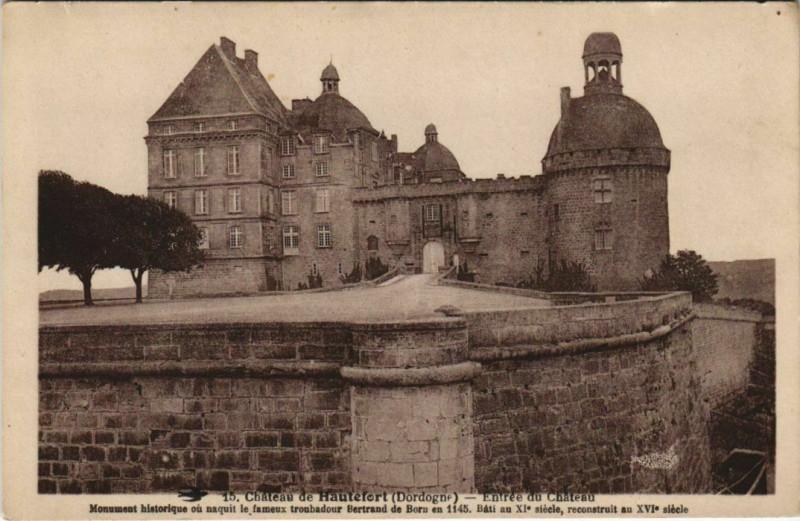 Carte postale ancienne Chateau de Hautefort - Entree du Chateau à Hautefort