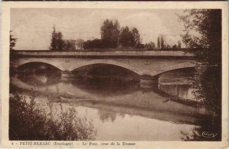 Carte postale ancienne Petit-Bersac - Le Pont - Crue de la Dronne à Petit-Bersac