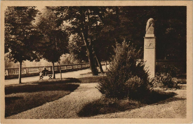 Carte postale ancienne Montignac-sur-Vezere - Le Square à Montignac