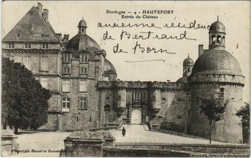 Carte postale ancienne Hautefort - Entree du Chateau à Hautefort
