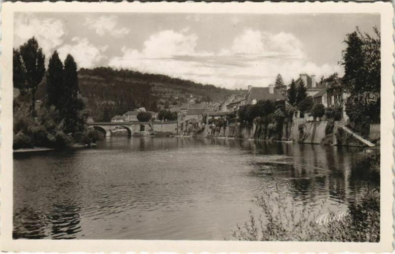 Carte postale ancienne Le Bugue - La Vezere et le Pont - Vus de l'Ilot au Bugue