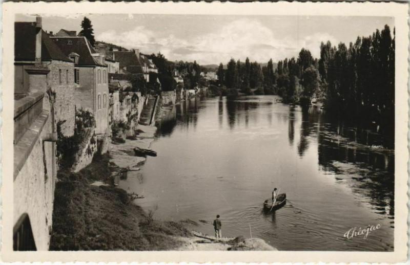 Carte postale ancienne Le Bugue - Les Quais vus du Pont au Bugue