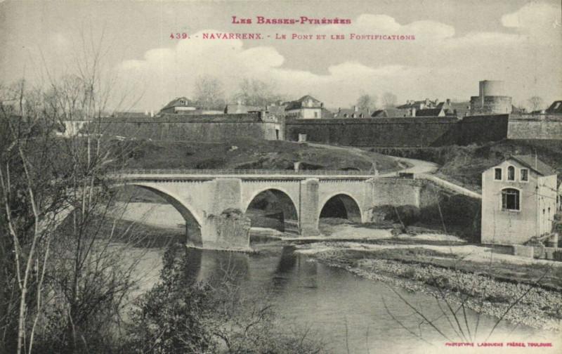 Carte postale ancienne Les Basses-Pyrenées Navarrenx La Pont et Les Fortifications à Navarrenx
