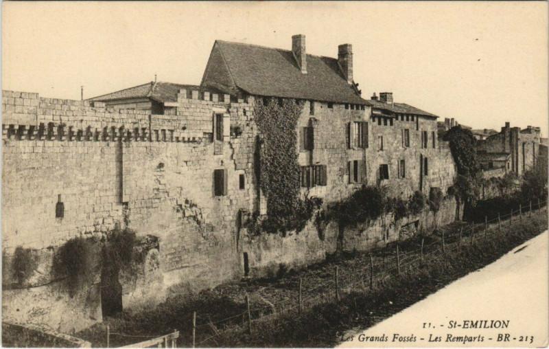 Carte postale ancienne Saint-Emilion - Les Grands Fossés - Les Remparts à Saint-Émilion