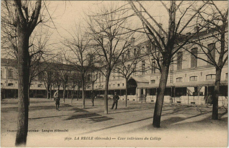 Carte postale ancienne La Reole - Cour intérieure du Collége à La Réole
