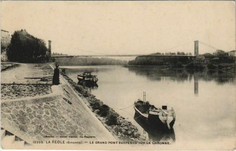 Carte postale ancienne La Reole-Le Grand pont suspendu sur la Garonne à La Réole
