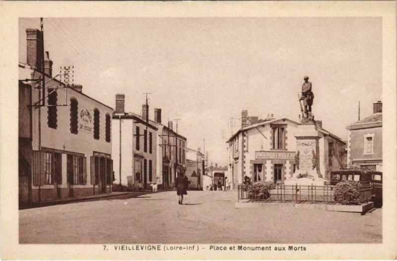 Carte postale ancienne Vieillevigne Place et Monument aux Morts à Vieillevigne