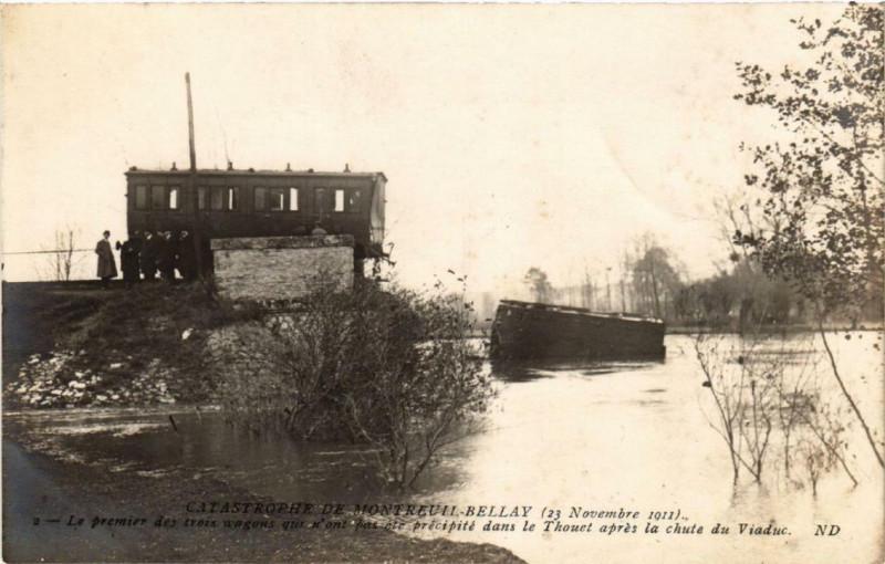 Carte postale ancienne Catastrophe Montreuil-Bellay le premier des trois wagons à Montreuil-Bellay