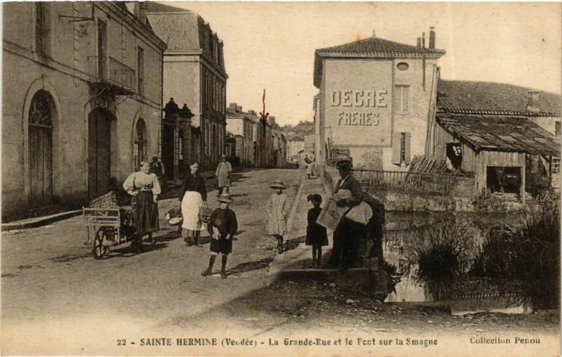 Carte postale ancienne Sainte-Hermine La Grande Rue et le Pont sur la Smagne à Sainte-Hermine
