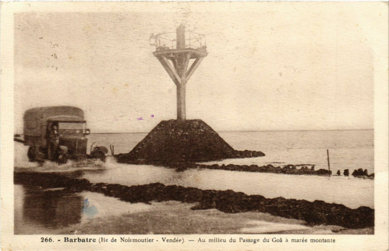 Carte postale ancienne Barbatre - Au milieu du Passage du Goa a marée montante à Barbâtre