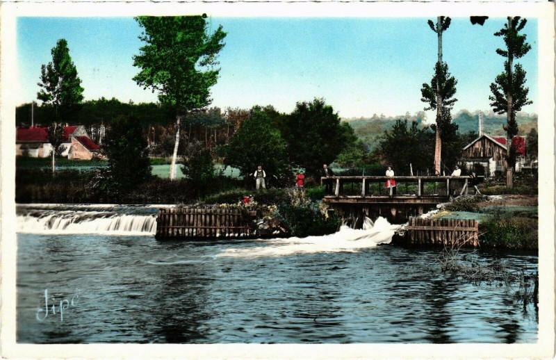 Carte postale ancienne Connerre Les Bords de l'Huisme - Le Barrage au Moulin de la Croix à Connerré