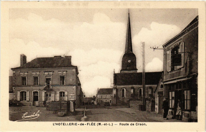 Carte postale ancienne L'Hotellerie-de-Flée (M.-et-L.) - Route de Craon à Flée